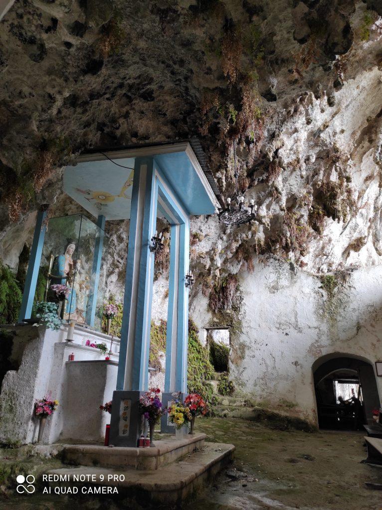 L'altare della Chiesetta di Madonna del Fiume